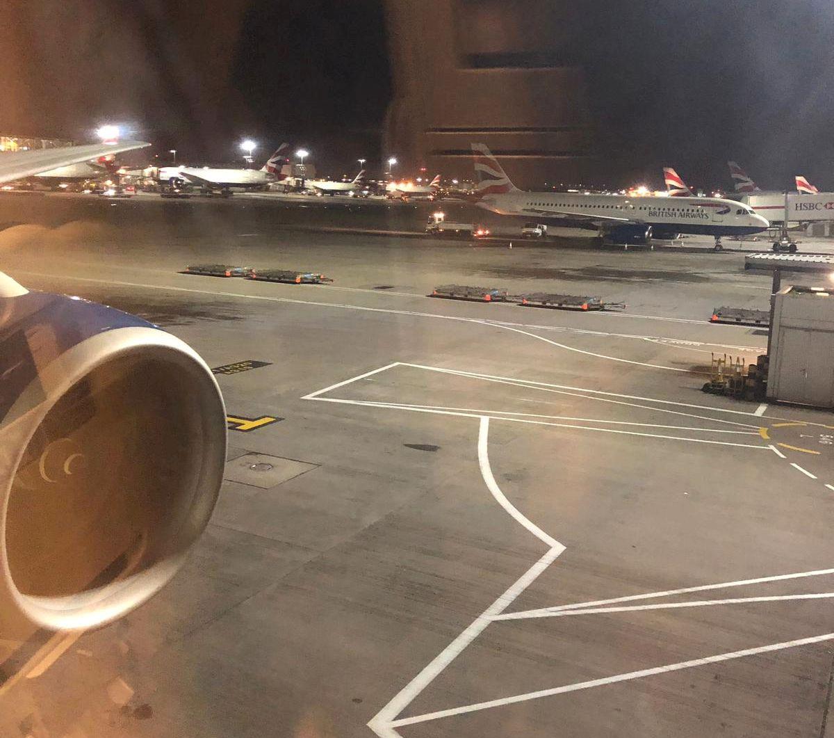 PÅ BAKKEN: Dette flyet måtte vente på bakken tirsdag, etter at det hadde blitt observert en drone på Heathrow flyplass.