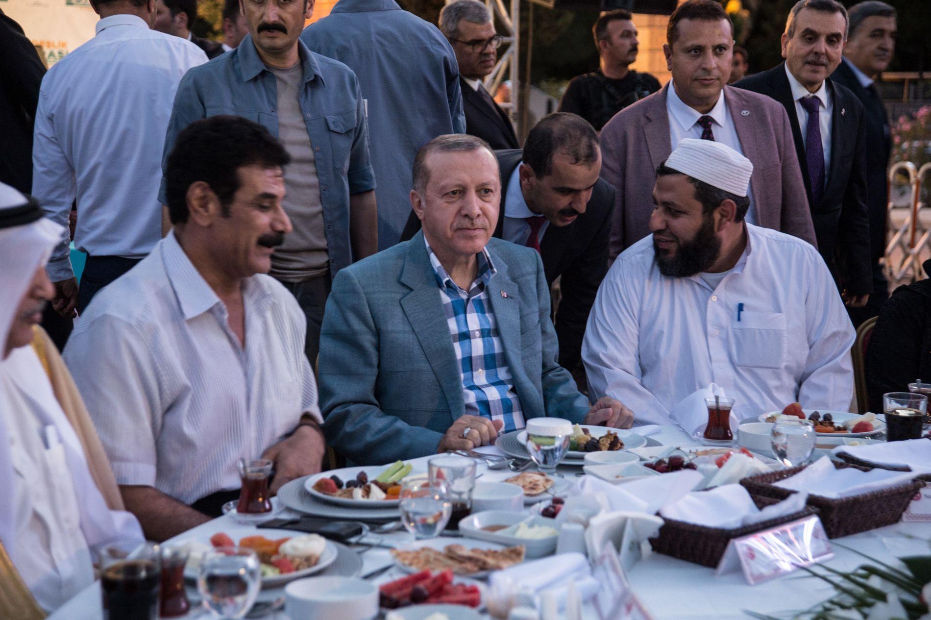 MÅLTID ETTER FASTEN: Erdogan sammen med lokale og religiøse ledere i Harran, nær Sanliurfa i Tyrkia, venter på at det skal gis klarsignal til å innta iftar, måltidet da fasten brytes ved solnedgang.
