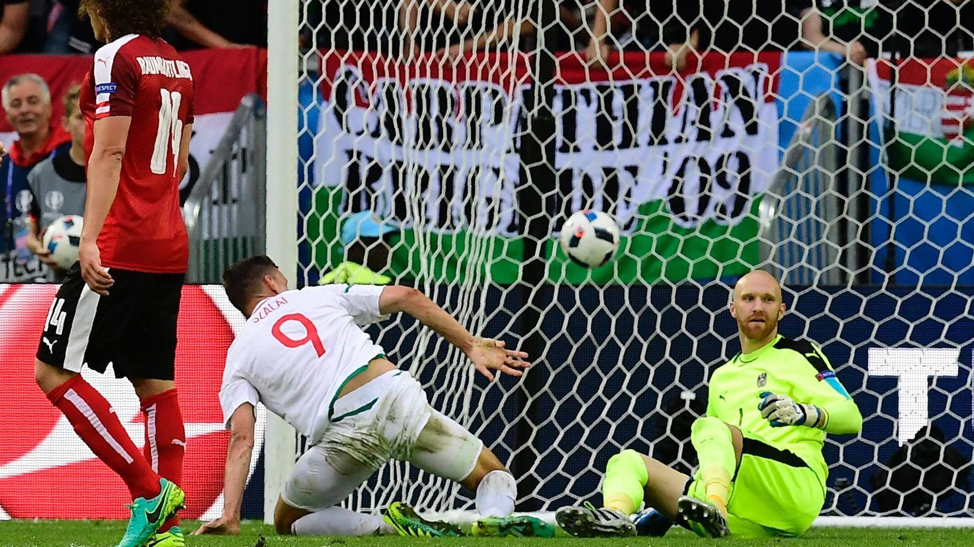 SJOKKSEIER: Få hadde trodd at Ungarn kunne hamle opp med gullgenerasjonen fra Østerrike. Men spissveteran Ádám Szalais første mål siden 2014 sørget for ungarsk jubel i Bordeaux. I mål fortviler Robert Almer.