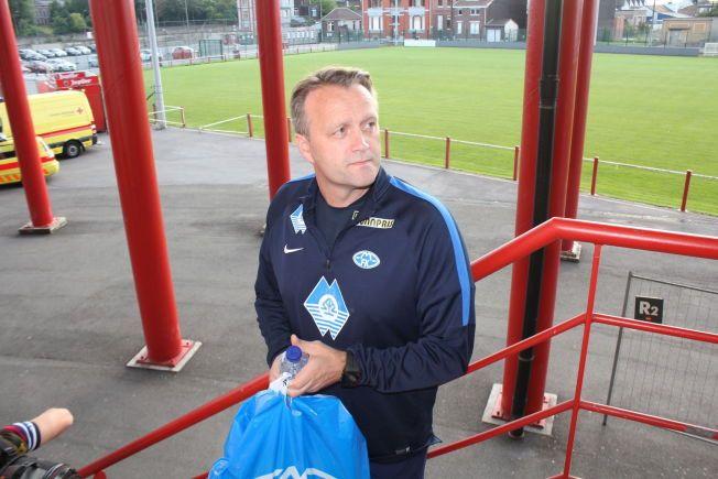 I BELGIA: Molde-trener Erling Moe på vei ut fra pressekonferansen på Stade Maurice Dufrasne i Liege onsdag kveld.