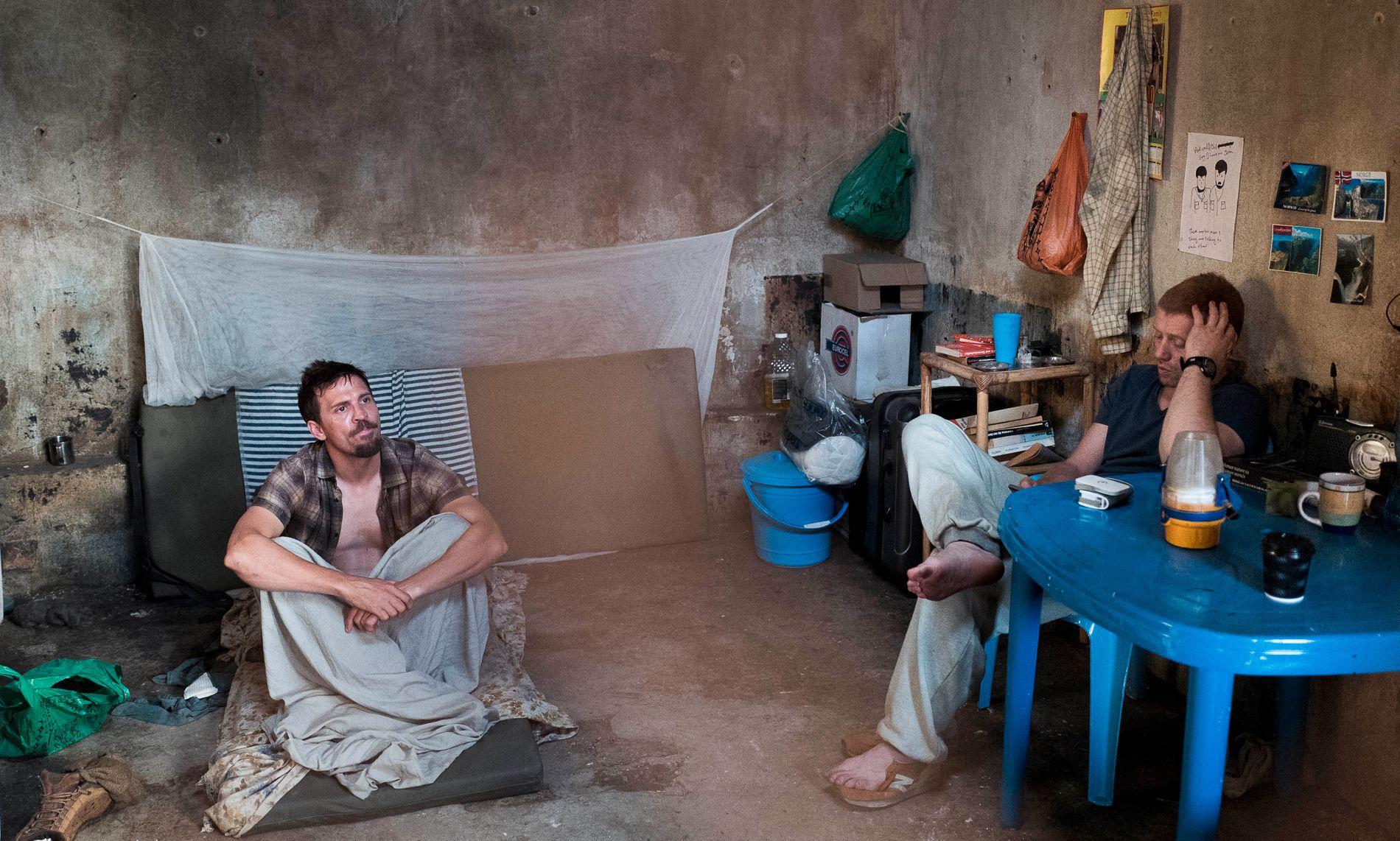FIKSJON ELLER FAKTA: Handlingen i filmen «Mordene i Kongo» ligger tett opp til virkeligheten. Her er Tjostolv Moland (Tobias Santelmann) og Joshua French (Aksel Hennie) i en scene som skal være fra cellen i Kisangani i Kongo.