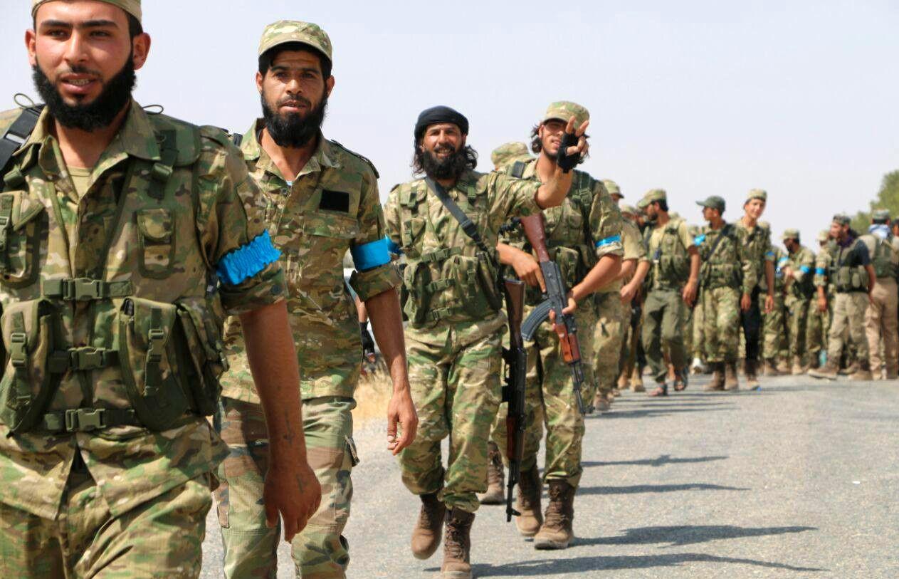 TRENT I TYRKIA: Krigere fra Free Syrian Army på vei mot Jarablus. Disse soldatene har fått opptrening og våpen fra Tyrkia.