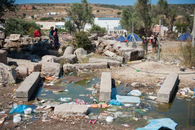 SKITTENT: I dette forspølede vannet kan de som bor ved Kara Tepe-campen vaske seg
