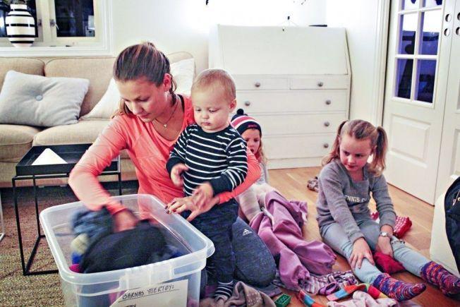 SORTERER: Mamma Marlen planlegger høsthandelen nøye for å få billigst og best mulig klær til barna Oscar, Jenny og Maya.