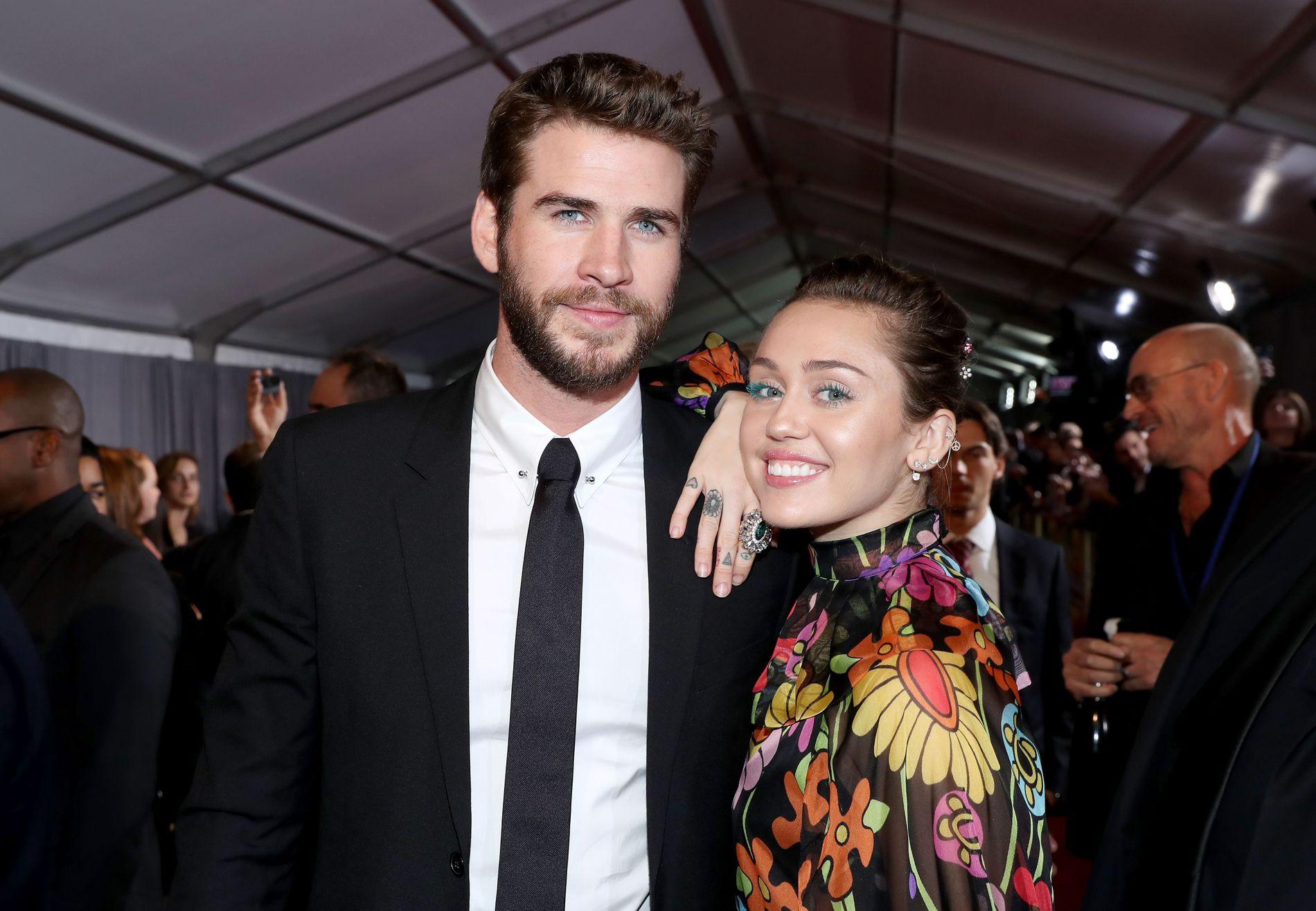 FORLOVET: Her er Miley Cyrus med forloveden Liam Hemsworth under premieren på «Thor: Ragnarok» i oktober.