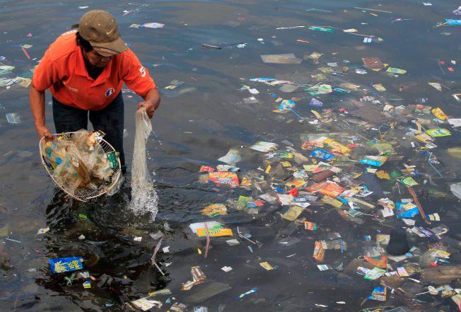 PLASTKATASTROFEN: Vi er iferd med å kaste oss til en global miljøkatastrofe som truer verdenshavene: Hvert eneste år ender mer enn åtte millioner tonn plast i havet.