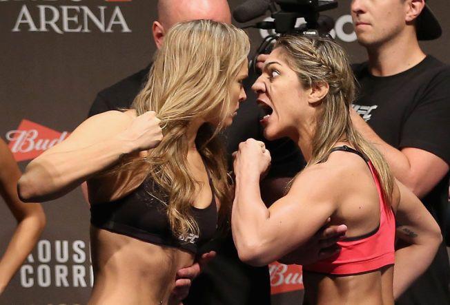 TØFFE I TRYNET: Mesteren Ronda Rousey (t.v.) kjørte sin vanlige stil under innveiingen, og brasilianske Bethe Correira var meget aggressiv. Etter kampen var det Rousey sin tur til å skrike ut.