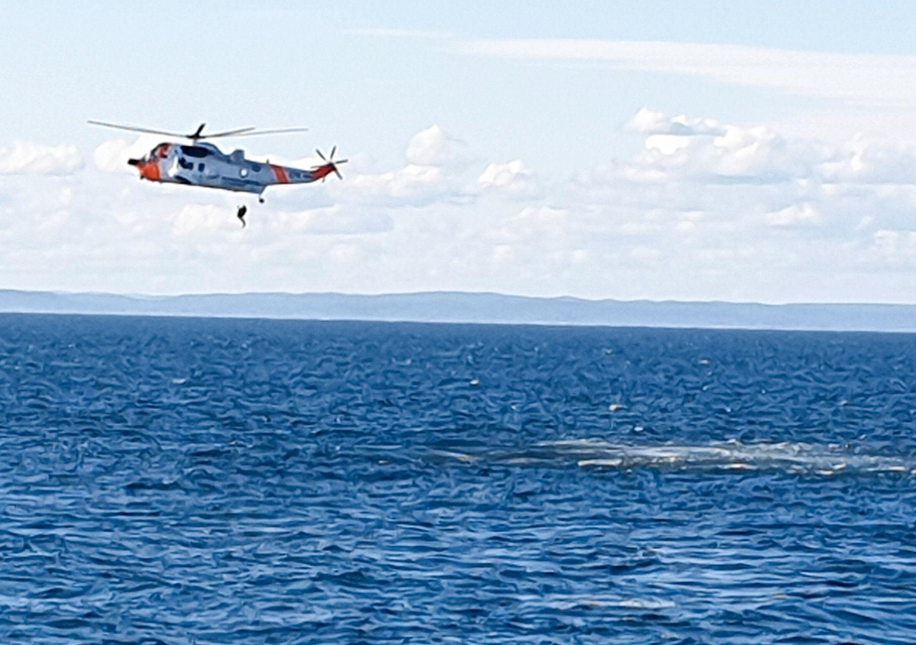 REDDET: Her heiser et Sea King-redningshelikopter opp en eller flere av personene som lå i Skagerak etter at småflyet de fløy styrtet lørdag ettermiddag.