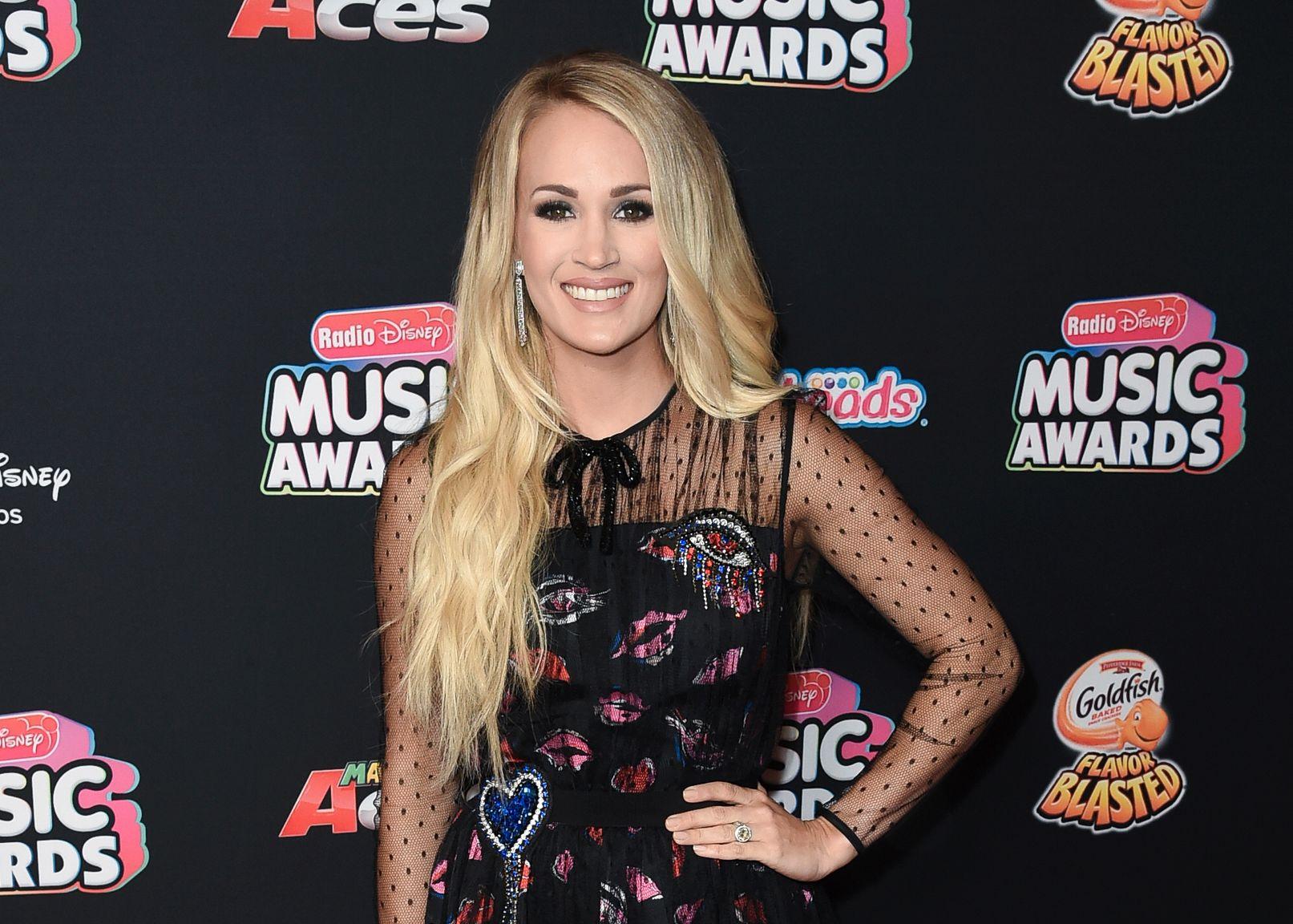 KOMMER BABY, PLATE OG TURNÉ: Carrie Underwood smeller til med tre nyheter. Her på musikkprisutdelingi Los Angeles i juni.