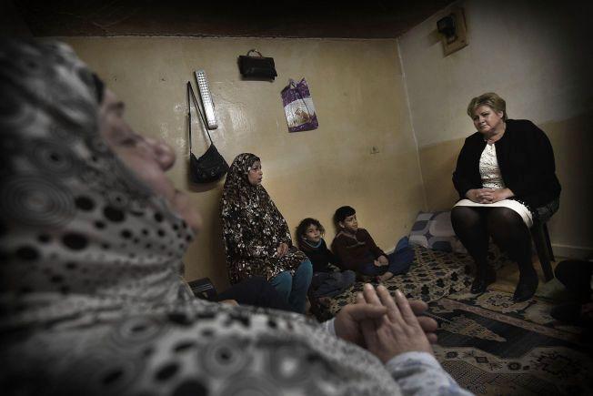 BESØK FRA NORGE: De syriske flyktningebarna Firas og Amar bor med mor og bestemor i et betongrom uten vinduer i Amman. Pappa er savnet i Syria, moren har ikke hørt fra ham på to år. Søndag besøkte statsminister Erna Solberg den vesle familien som har kommet seg ut av flyktningeleiren.