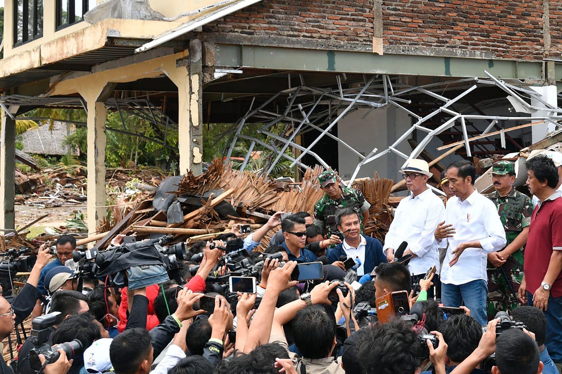 KRISERAMMET: Indonesias president Joko Widodo besøkte mandag den kriserammede landsbyen Carita.