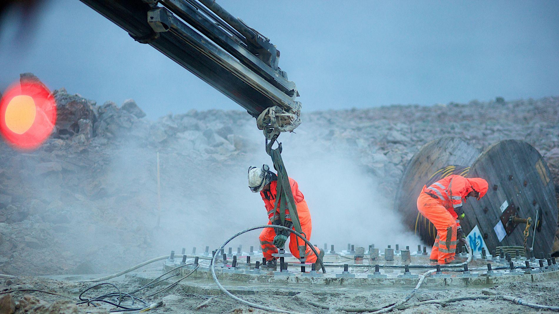 FERSK RAPPORT: En økt andel vindkraft vil bidrar til å dempe strømprisene, ifølge en rapport Thema har laget for vindbransjens organisasjon Norwea. Det viser at vindkraft bidrar til å opprettholde konkurransekraften i industrien, mener vindbransjen. Dette er et illustrasjonsbilde fra installasjonen av Raggovidda vindkraftverk i Finnmark.