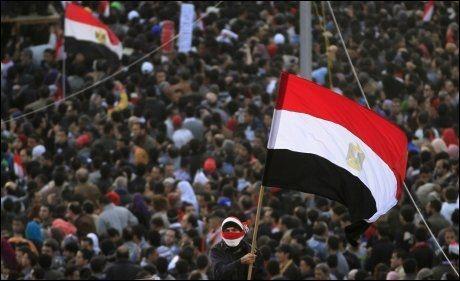 TAHRIR ETT ÅR ETTER: En mann viftet med det egyptiske flagget mens tusenvis samlet seg på Tahrir-plassen i Kairo ett år etter revolusjonen startet. Foto: AP