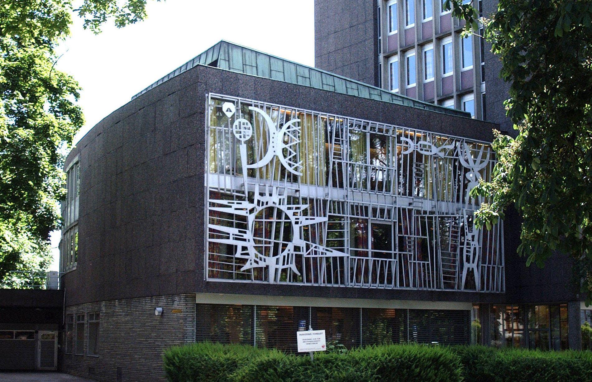 DESIGN: Rikstrygdeverket med Arne E. Holms metallarbeider på lavblokkens fasade.