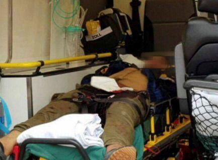 SKADET: Dette bildet sendt fra en tipser viser en skadet mann som ligger på en båre i en ambulanse i Åbo sentrum.