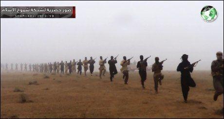 LANG REKKE: Islamistiske krigere med tilknytning til al-Qaida, fotografert på den irakiske siden av grensen mellom Irak og Syria. Dette er en av gruppene PST frykter at norske ekstremister knytter seg til. Foto: NTB/Scanpix