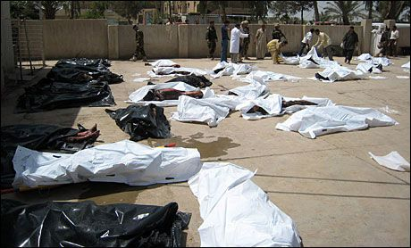 BLODIG DAG: Likene er plassert utenfor det overfyllte sykehuset i Baquba. 40 mennesker ble drept og over 80 såret av bilbombe-angrepet tirsdag. Foto: AFP