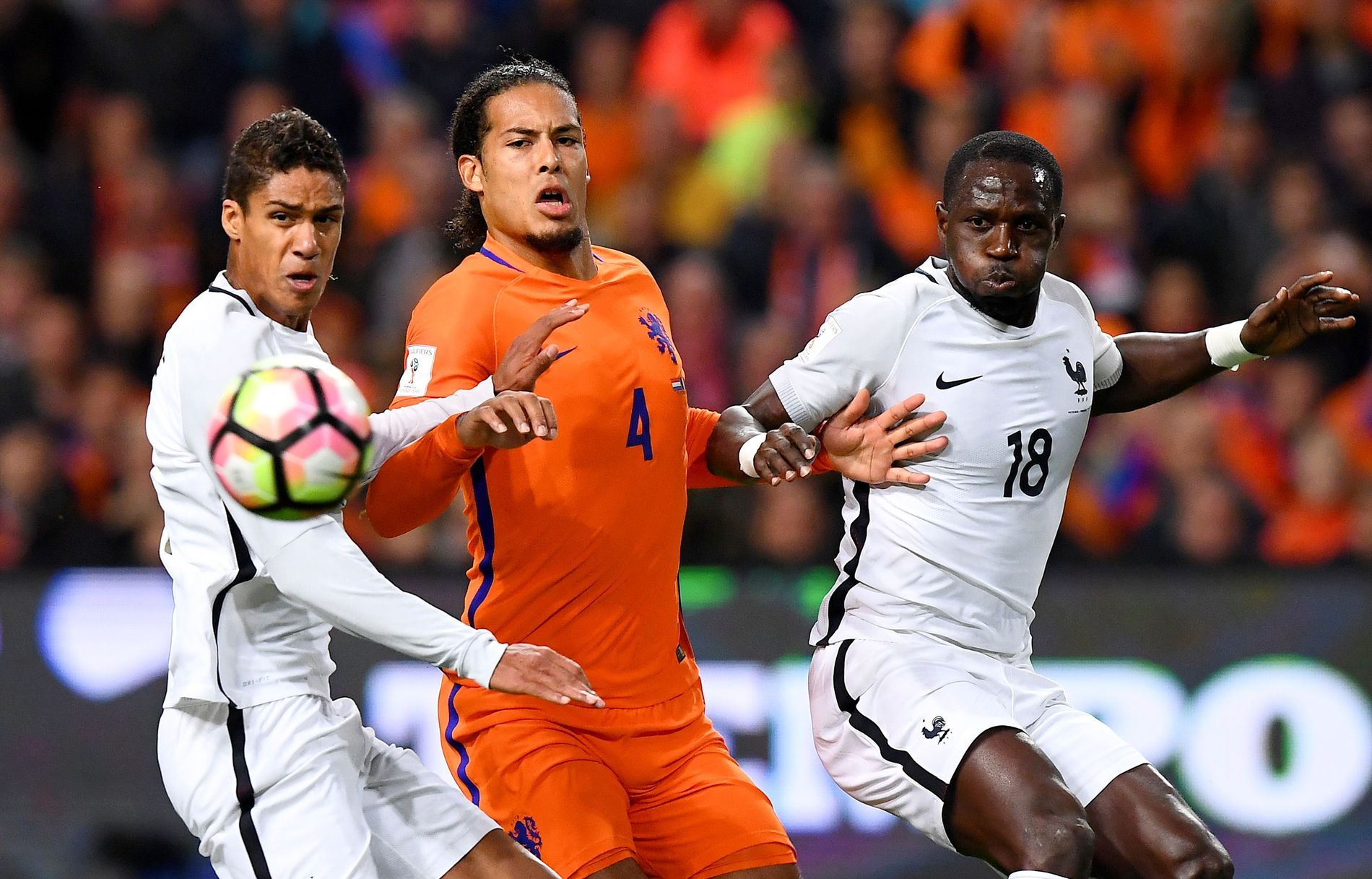 I DUELL: Raphael Varane og Virgil Van Dijk kjempet om førsteplassen i VG-kåringen av de beste forsvarsspillerne. Til høyre Moussa Sissoko.