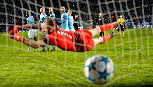 ÅRETS BESTE: Slik så det ut da Johan Wiland forsøkte å redde frisparket fra Lucas Moura. Bak den mildt sagt forbløffede Malmö-muren ses både Moura selv og Zlatan Ibrahimovic.