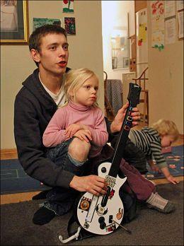 SPILLETID: Lille Bergljot Hansen hjelper Daniel Pedersen å vinne. Daniel donerte sin Wii-spillemaskin til Rødhette, noe ungene har satt stor pris på. Foto: LINA GAGANIS