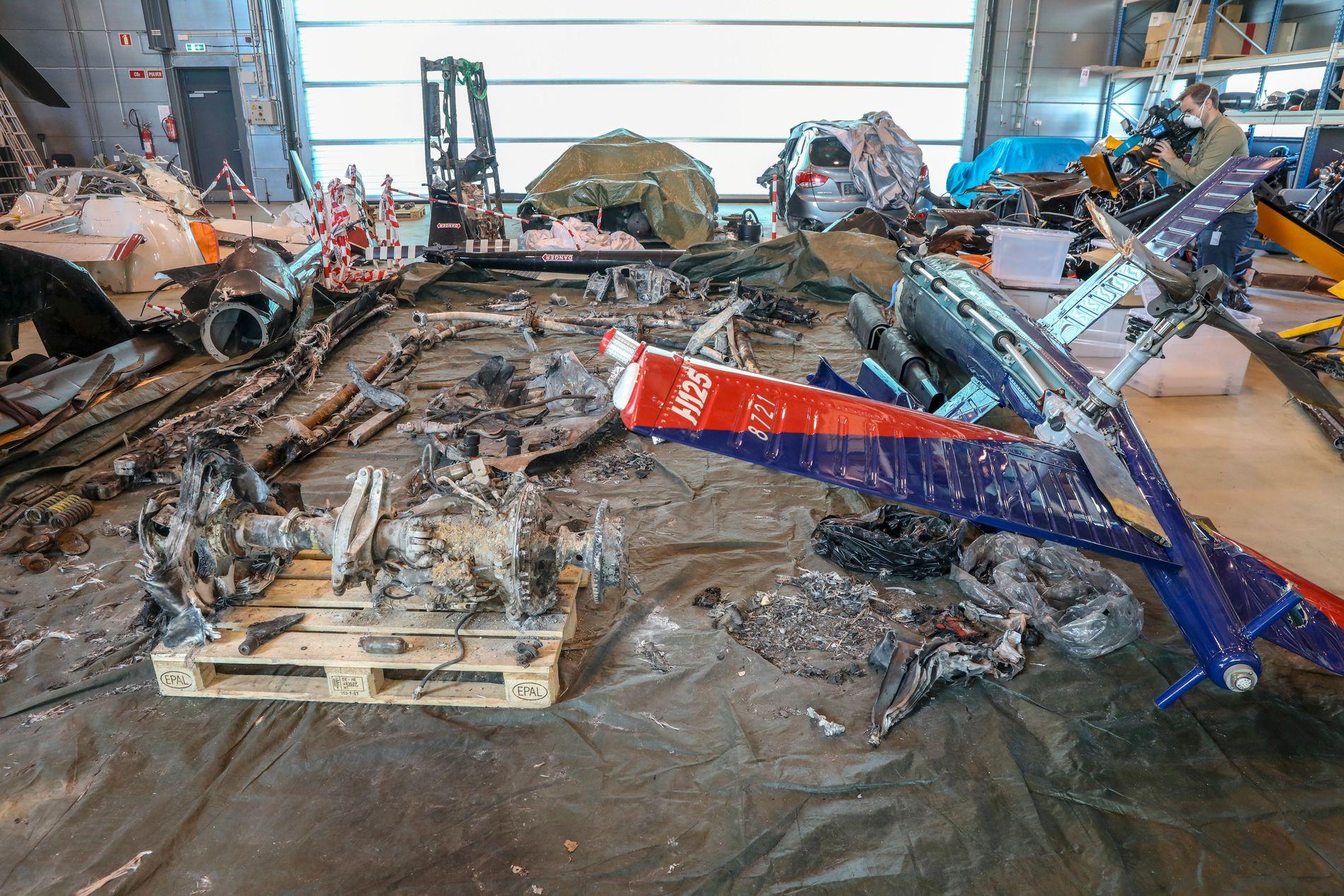 GRANSKES: Vrakdelene fra ulykkeshelikopteret er demontert og undersøkes i hangaren på Kjeller.