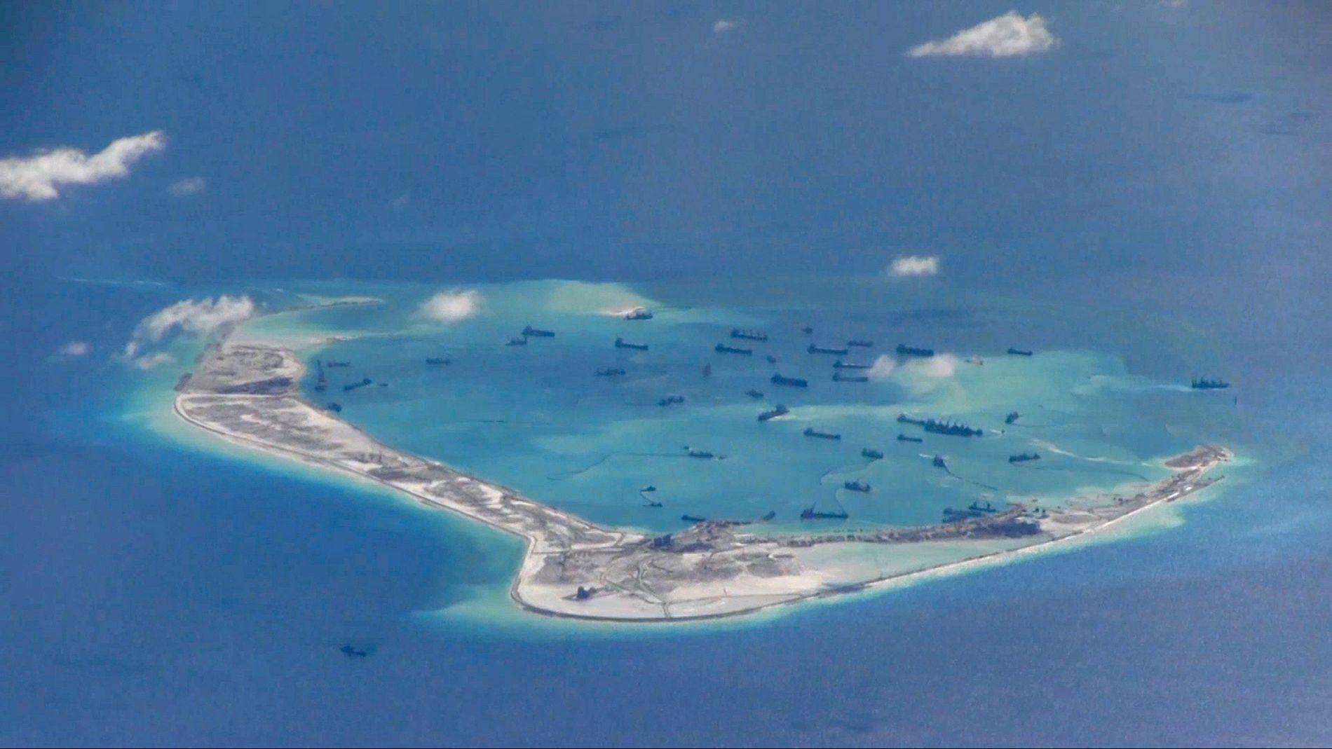 Det som angivelig er kinesiske fartøy i nærheten av Mischief Reef i Sør-Kinahavet. Nå får Kina kritikk for å militarisere området.