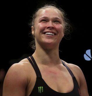 STRÅLTE ETTER NY SEIER: Ronda Rousey gliste bredt etter knockoutseieren.