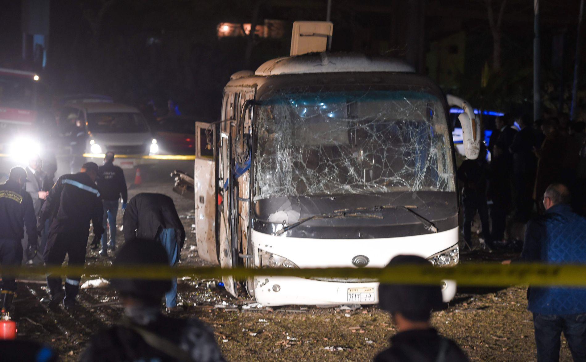 SPERRINGER: Politiets krimteknikere undersøkte fredag kveld bussen.