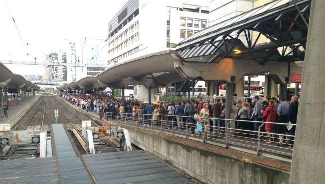 KAOS: Køene var lange mandag ettermiddag ved Oslo S.