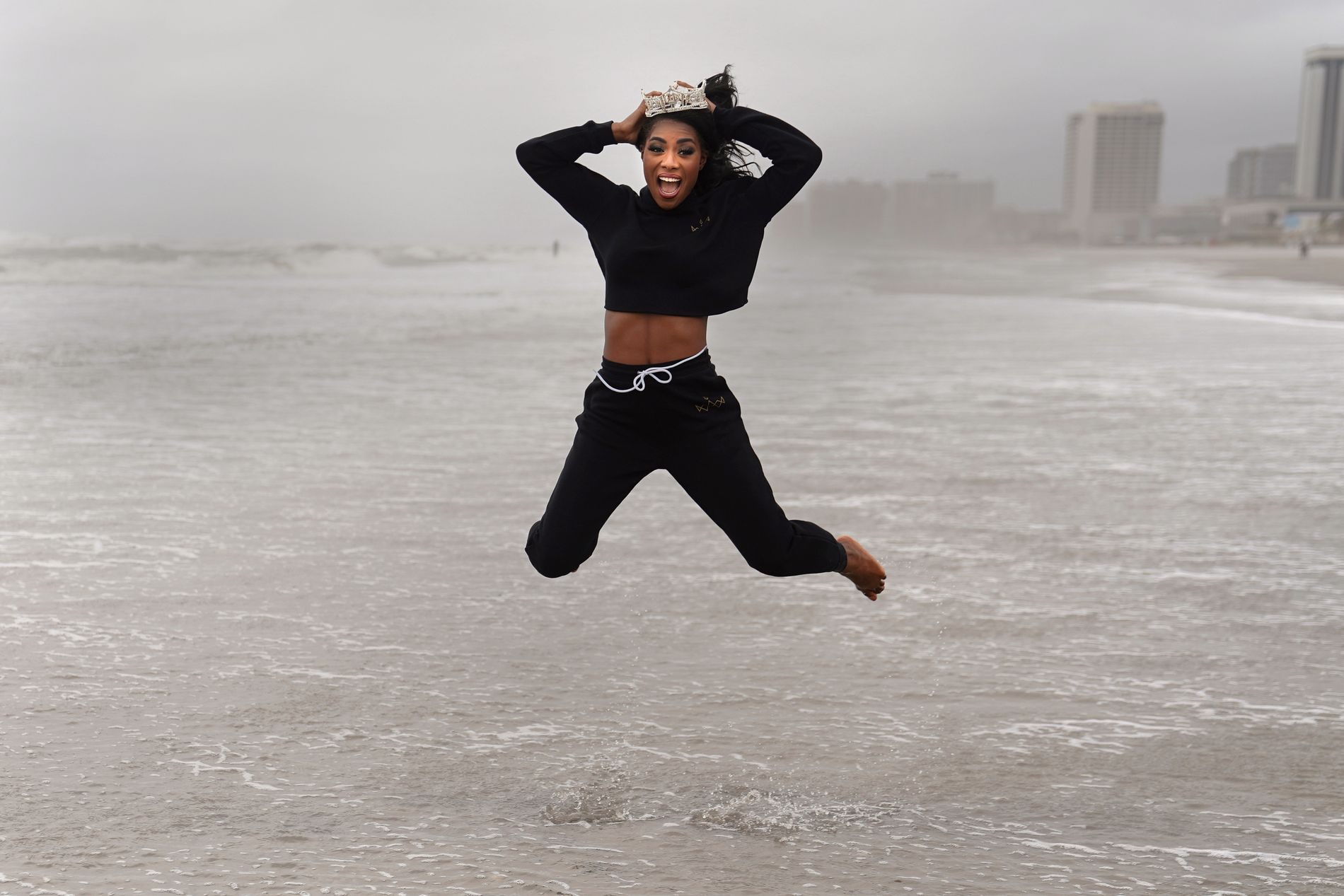 GLAD: Nia Imani Fanklin hopper med missekronen i New Jersey mandag.