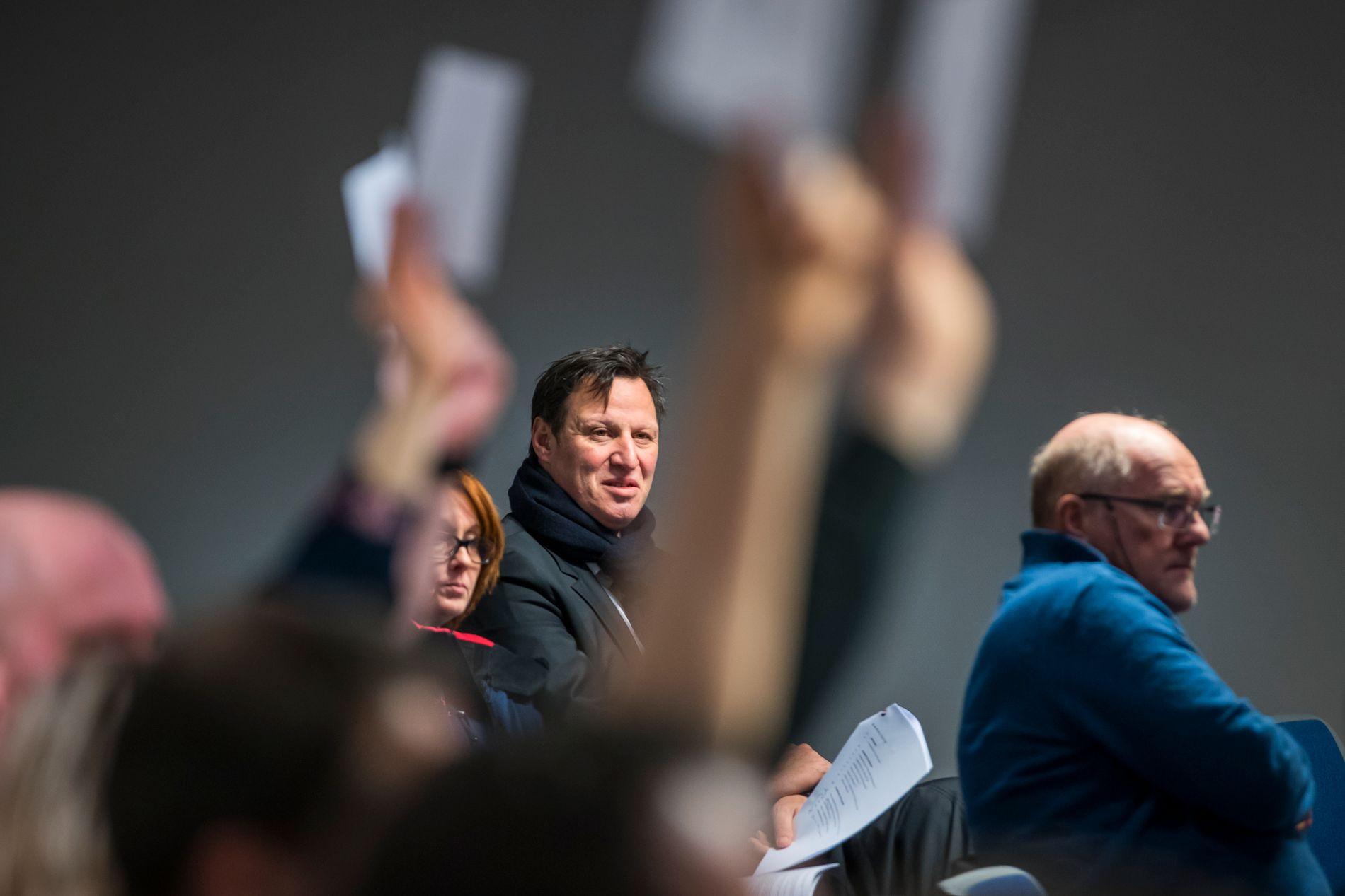 Idrettspresident Tom Tvedt, som her fulgte med når det voteres over styrets inhabilitet under det ekstraordinære forbundsstinget til Norges Cykleforbund (NCF),  har måttet håndtere den ene vanskelige saken etter den andre. Nå får NIF hard medfart av Riksrevisjonen.