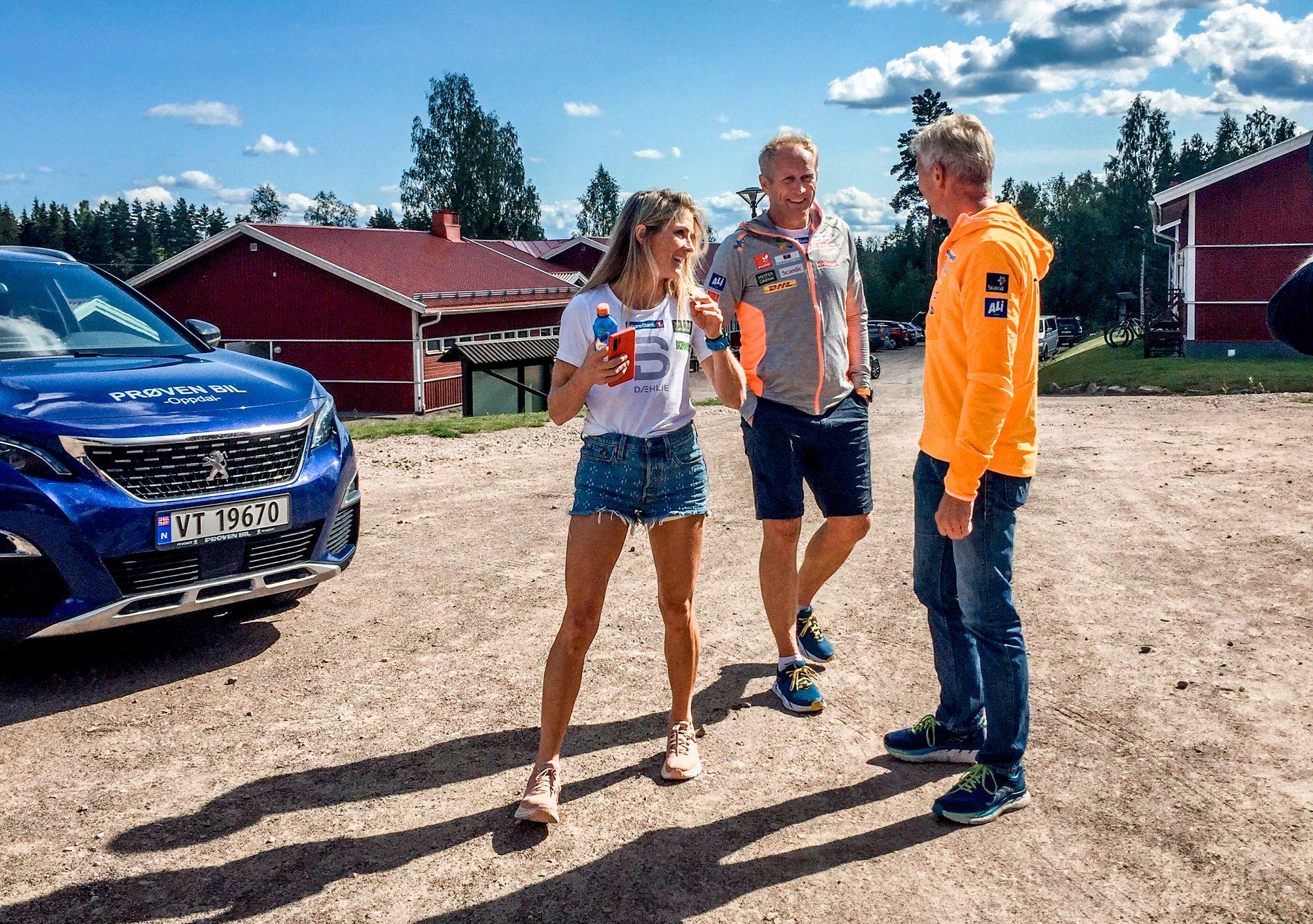 PREGET AV HENDELSEN: Espen Bjervig (i midten) mellom Therese Johaug og Skiforbundets lege Ola Rønsen i Torsby forrige uke.