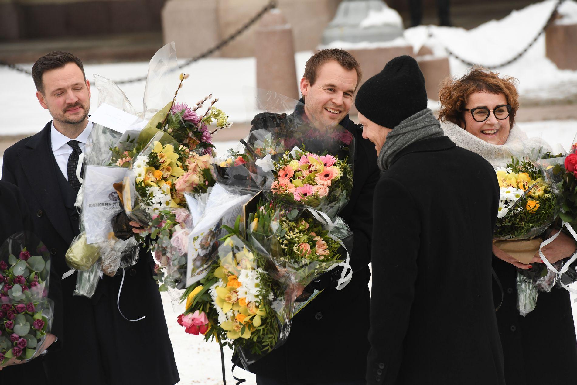 GOD STEMNING: Det er liten tvil om at det var god stemning blant de 21 statsrådene som kom ut fra slottet sammen med statsminister Solberg. Spøkene og latteren satt løst. Kjell Ingolf Ropstad fikk så mange blomsterbuketter at han hadde problemer med å holde alle sammen.