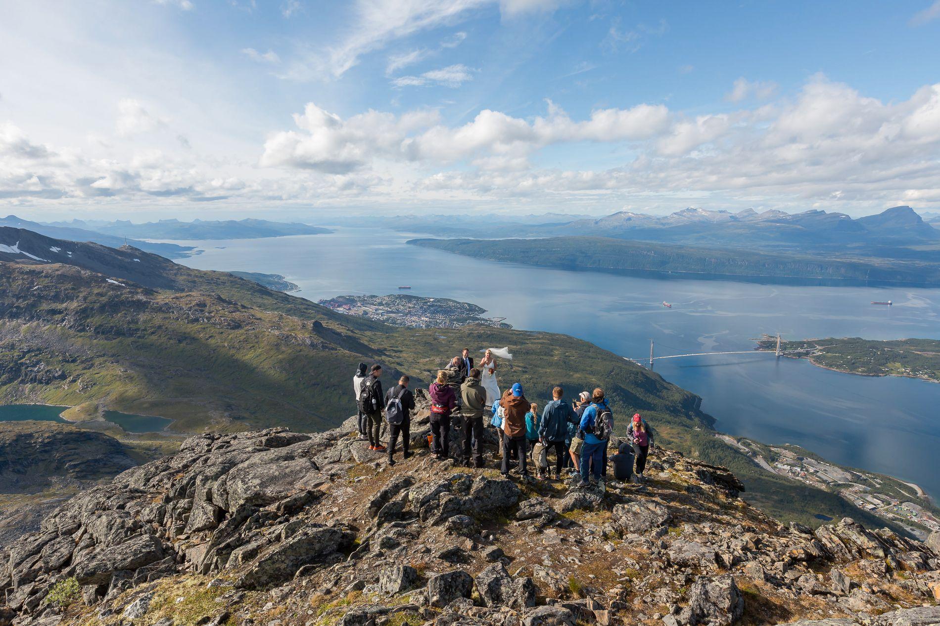 LUFTIG: Laila og Simonsen og Tobias Kiil Pedersen ga hverandre sitt ja på toppen av fjellet Tøttatoppen i Narvik lørdag.