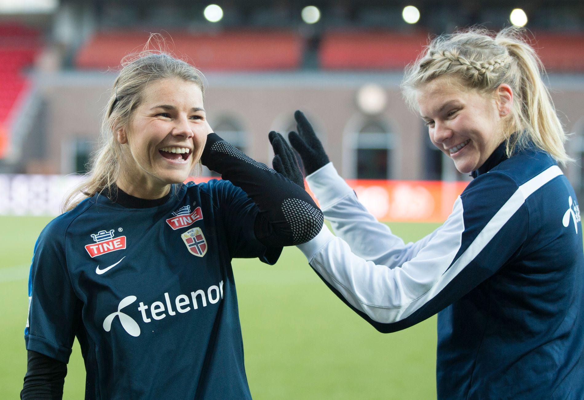 STOLT SØSTER: Andrine (23) og Ada Hegerberg på trening i Rotterdam foran OL-kvaliken i mars. Nå er Andrine i engelske Birmingham, og garantert veldig stolt av lillesøster. Foto: NTB SCANPIX