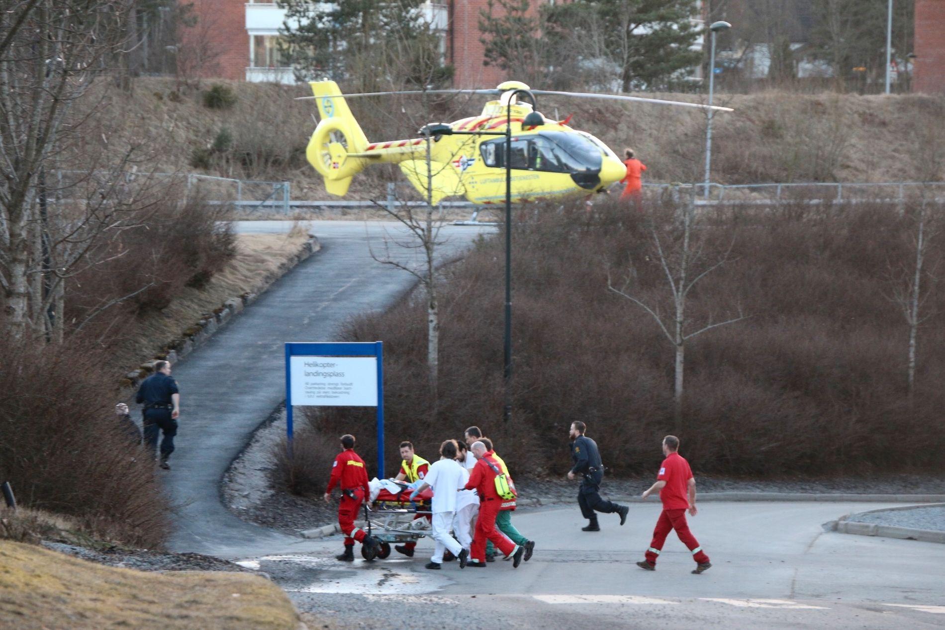 HENTET OPP: To gutter på fem og seks år ble hentet opp fra Falkumelva søndag kveld og fraktet til Rikshospitalet med luftambulanse.
