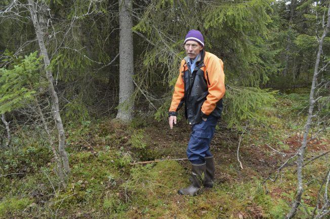 HER LÅ HUN: Sønnen Jarle Borg (67) fra Elverum var sammen med moren før hun forsvant. Her viser han frem stedet hvor moren ble funnet.