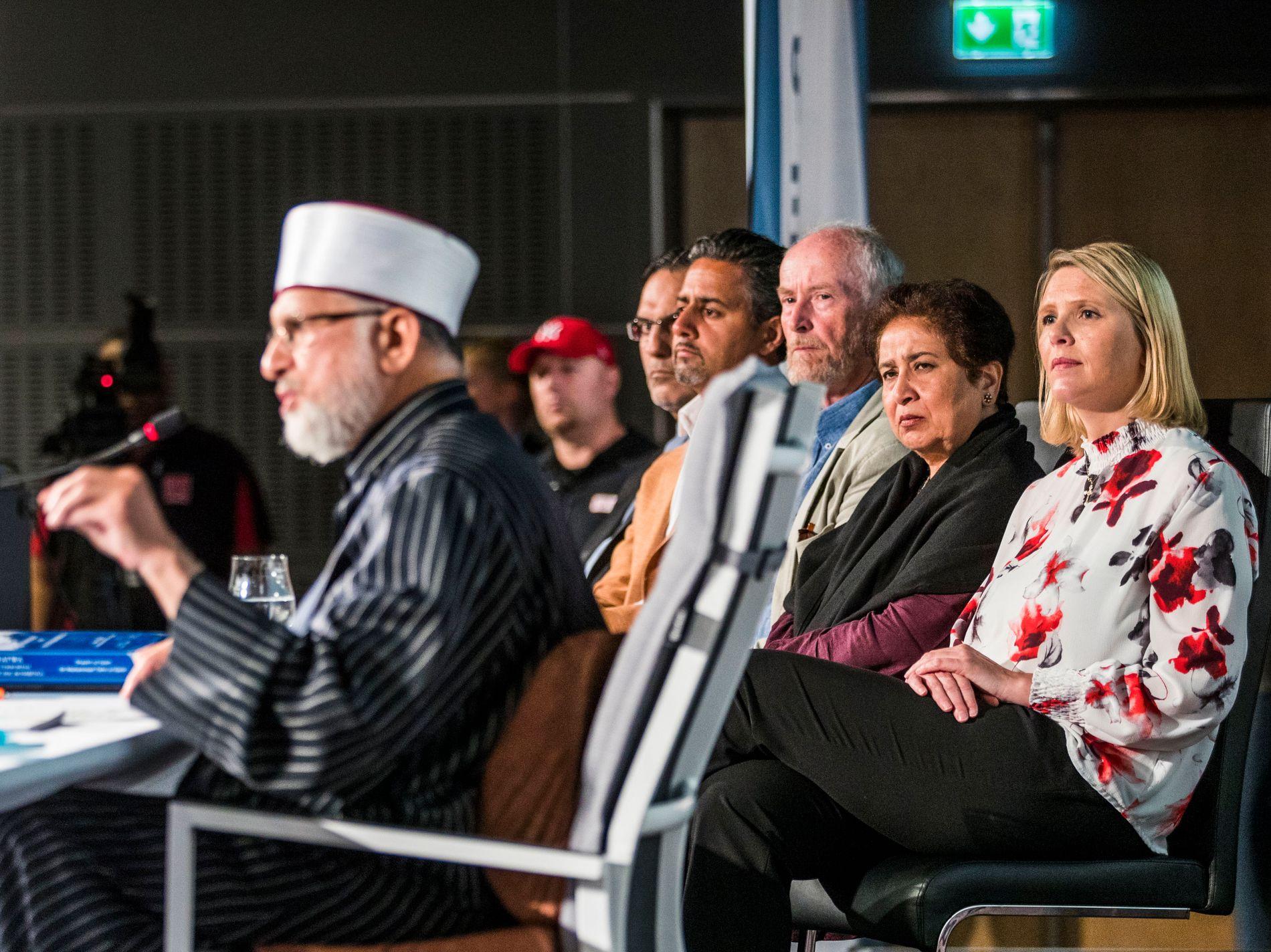 MUSLIMSK FREDSKONFERANSE: Innvandrings- og integreringsministeren var sammen med flere andre invitert til konferansen i Sarpsborg fredag. Fra høyre i bakgrunnen: Sylvi Listhaug (Frp), Pakistans ambassadør til Norge, Risfat Masood, fylkesordfører i Østfold, Ole Haabeth (Ap) og  stortingsrepresentant Abid Raja (V),  og hovedtaler Dr. Muhammad Tahir-ul-Qadri (i forgrunnen til venstre).