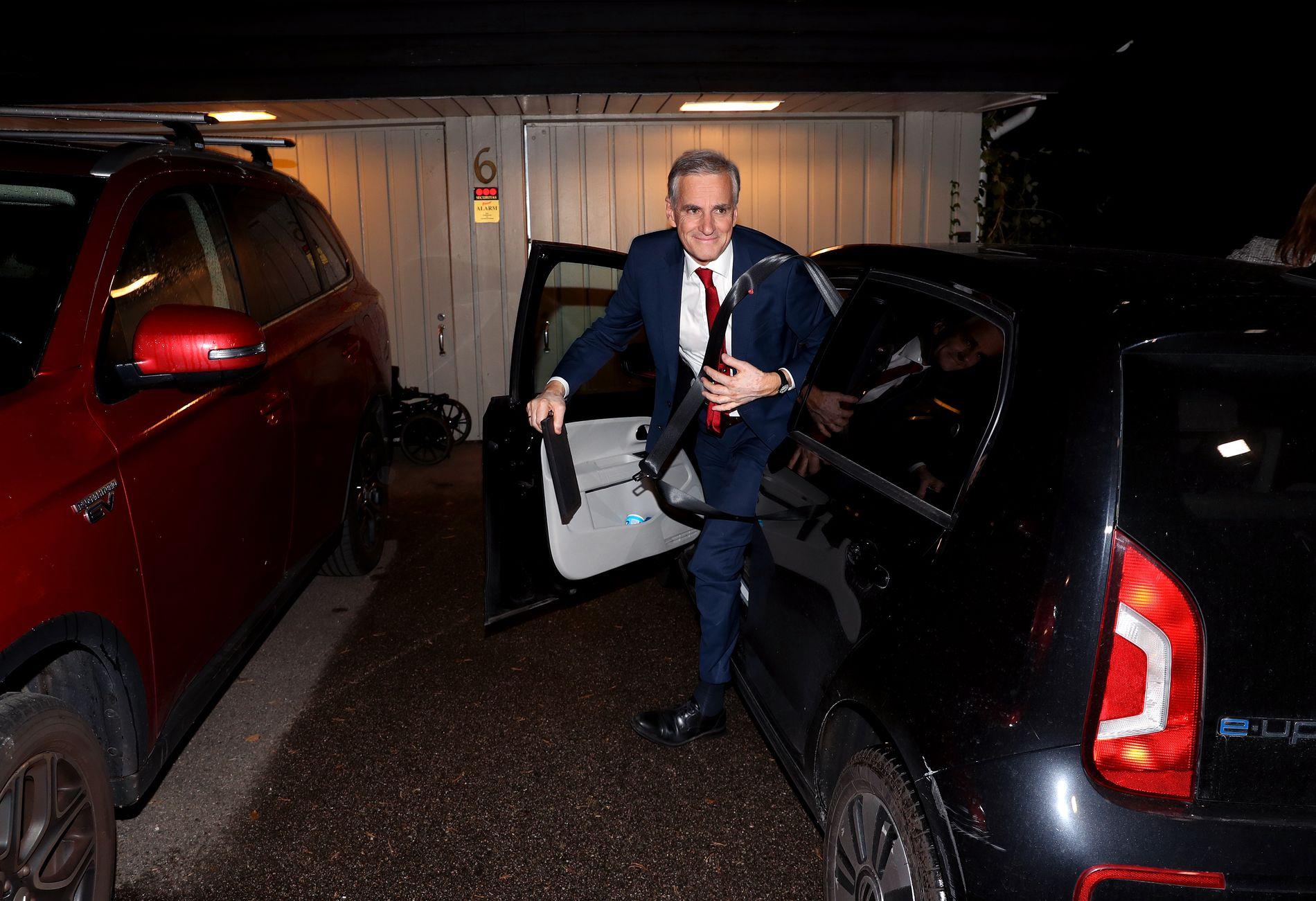 ENDELIG HJEMME: Ap-leder Jonas Gahr Støre kommer hjem etter valgnedturen, etter at partilederne møttes til debatt i Vandrehallen på Stortinget.
