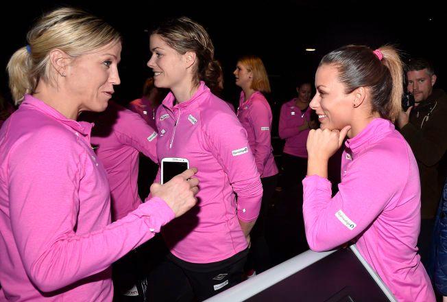 VELKOMMEN ETTER: Nora Mørk (til høyre) har avklart fremtiden. Det blir Györ der både Heidi Løke (til venstre), Kari Aalvik Grimsbø (i midten) spiller. Lørdag åpner Norge VM mot Russland.