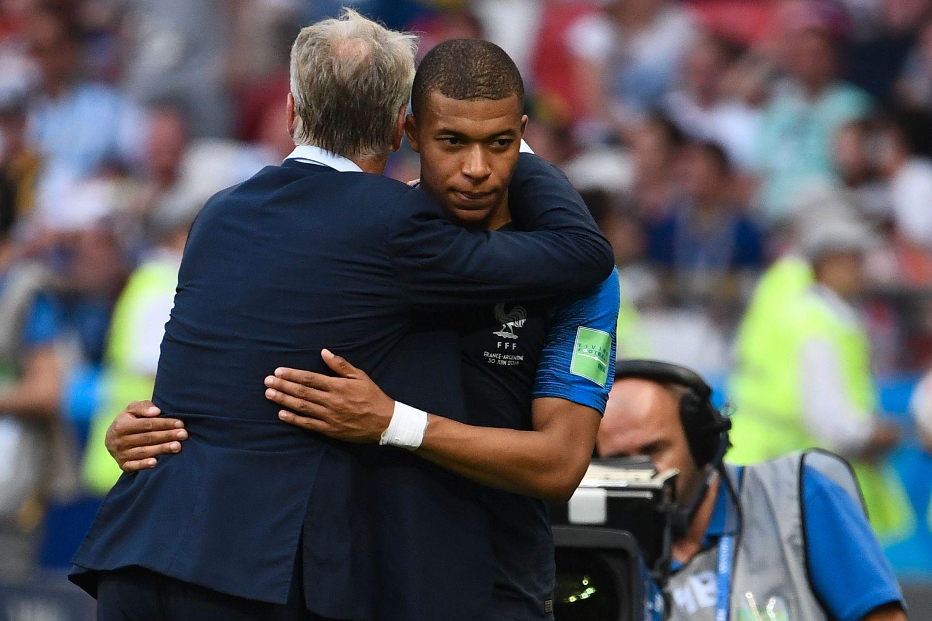 KLEM FRA SJEFEN: Didier Deschamps gir Kylian Mbappé en klem etter ungguttens to mål mot Argentina.