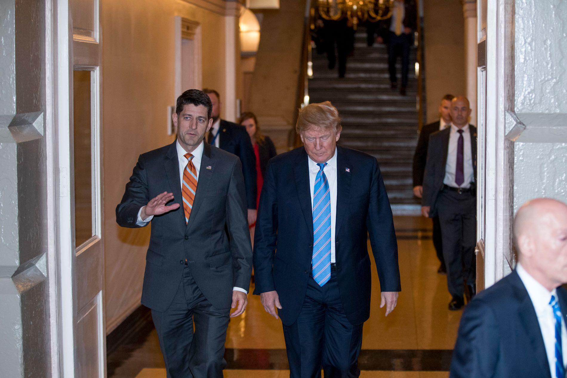 MØTE: USAs president Donald Trump på vei inn i et møte om et nytt lovforslag for asylfamilier tirsdag. Her sammen med lederen for Representantenes hus Paul Ryan.