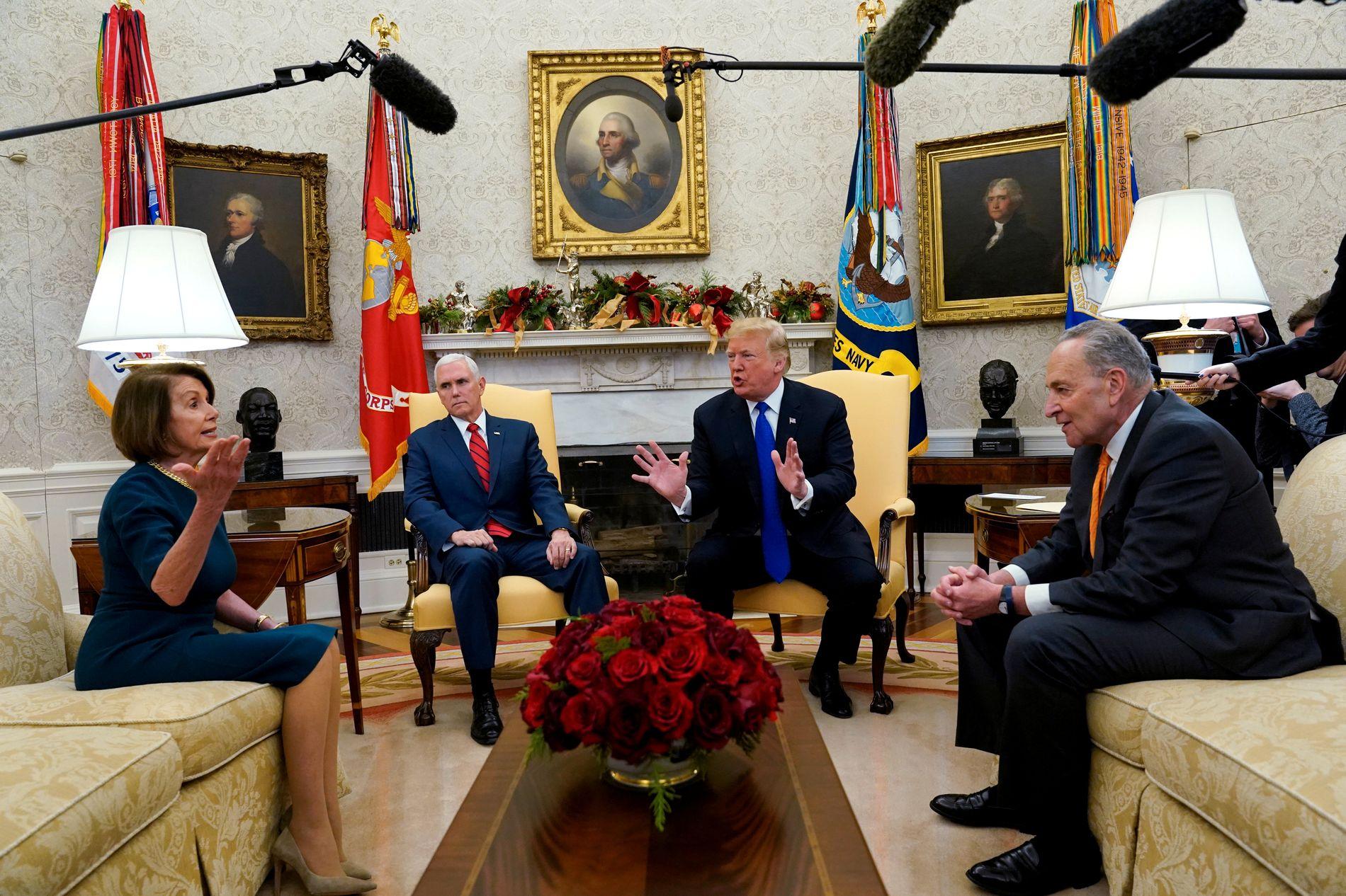 KRANGEL: Nancy Pelosi, Donald Trump og Chuch Schumer, havnet i en heftig diskusjon for åpent kamera da de diskuterte Mexico-muren, på Det ovale kontor tidligere i desember.