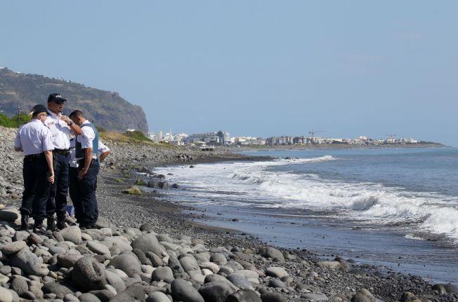 FUNNSTEDET: Polititjenestemenn er på stedet hvor en metallbit ble funnet på den franske øya Réunion.