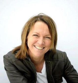 LIKER DELINGEN: Høyskolelektor og ekspert på sosiale medier, Cecilie Staude ved Handelshøyskolen BI, Hun sier at mobilbruk under møter ikke nødvendigvis er ensbetydende med å være uhøflig.