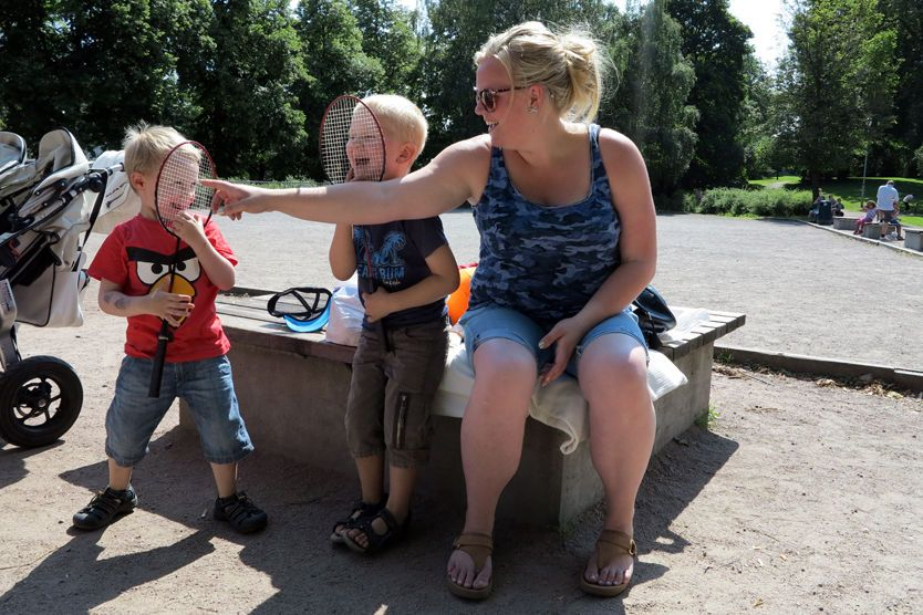 35f601e3 VIKTIG MED UTFORDRINGER: Mia Fjellhaug har tatt med sønnen Mathias  Fjellhaug (5) og hans kamerat Marius Eriksen (4) til Frognerparken for å  leke.