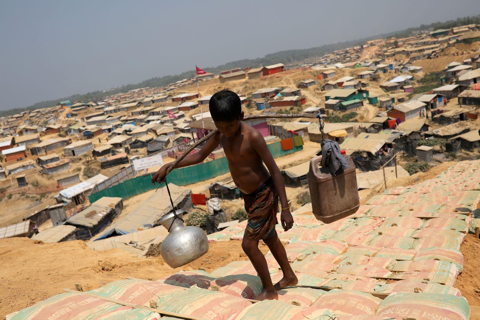 FLYKTNINGER: Blant mange hundre tusen mennesker i verdens største flyktningleir, bor familiene til de ti mennene. Bangladesh har begynt å returnere flyktningene til Myanmar. Det vanskelig å stole på at det er trygt i hjemlandet.