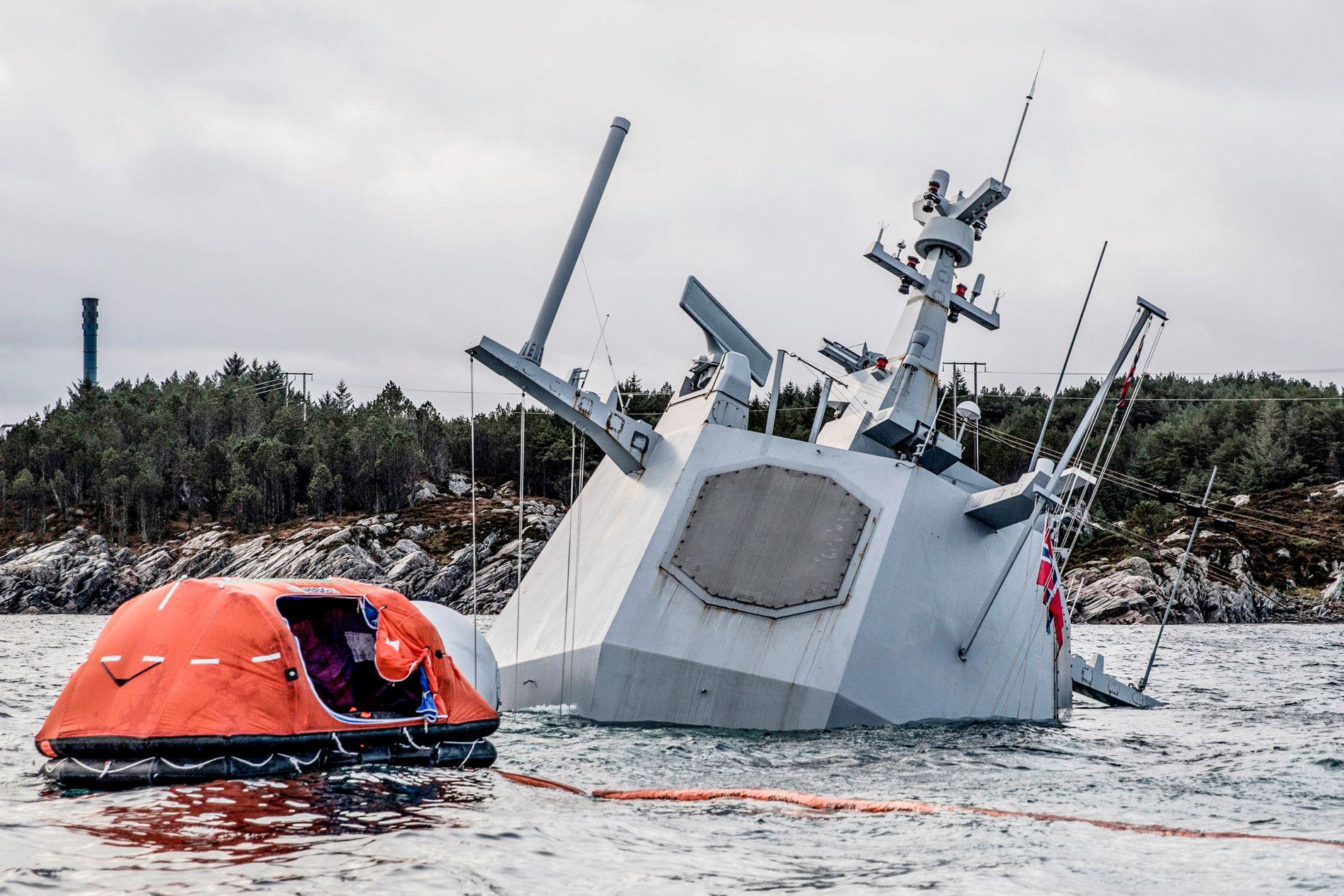 ALT ER UNDER: Så godt som hele KNM Helge Ingstad lå under vann fra tirsdag morgen, etter at flere av festevaierne røk.