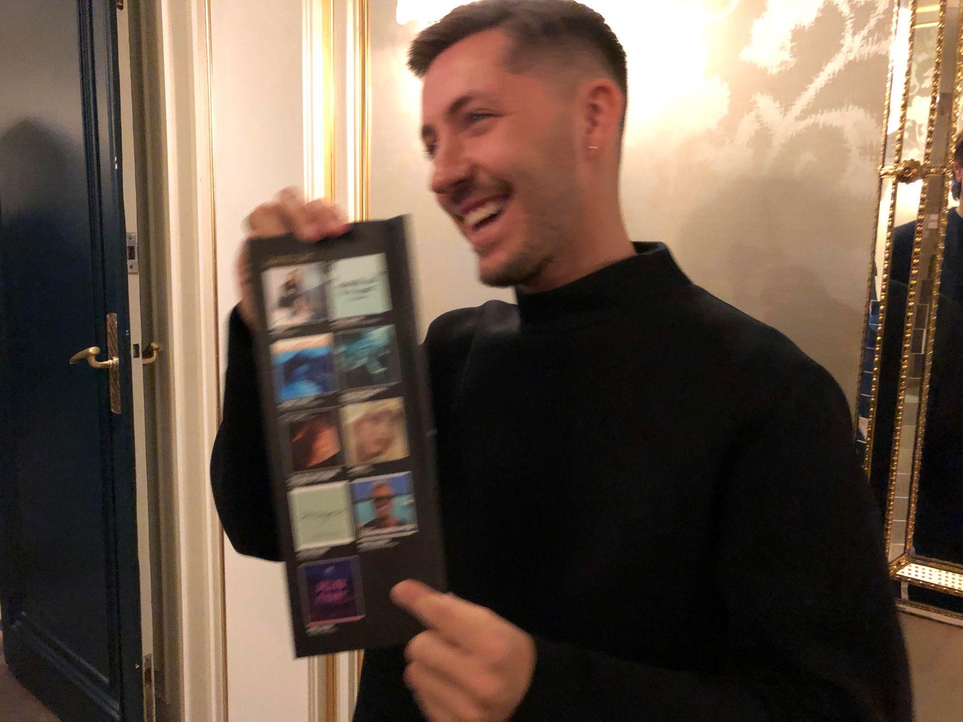 FALT UT: Ruben viser frem listen over de «Årets låt»-nominerte, hvor hans egen «Walls» var borte.
