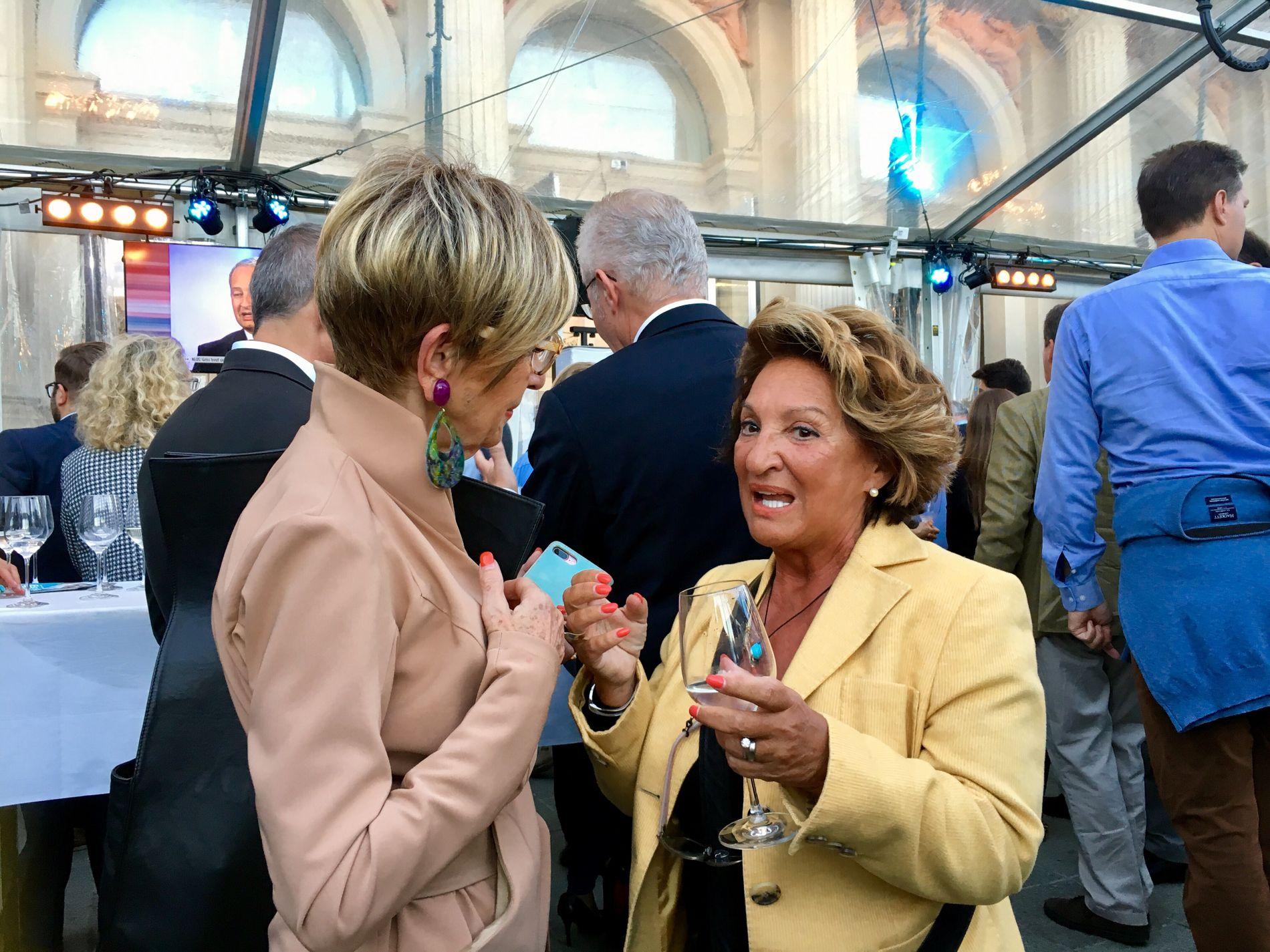 ÅPNER FOR FRIHETSPARTIET: Jadranka Godjevac-Mitovic og Ingrid Korosec har pyntet seg for valgvaken til ÖVP i Wien.